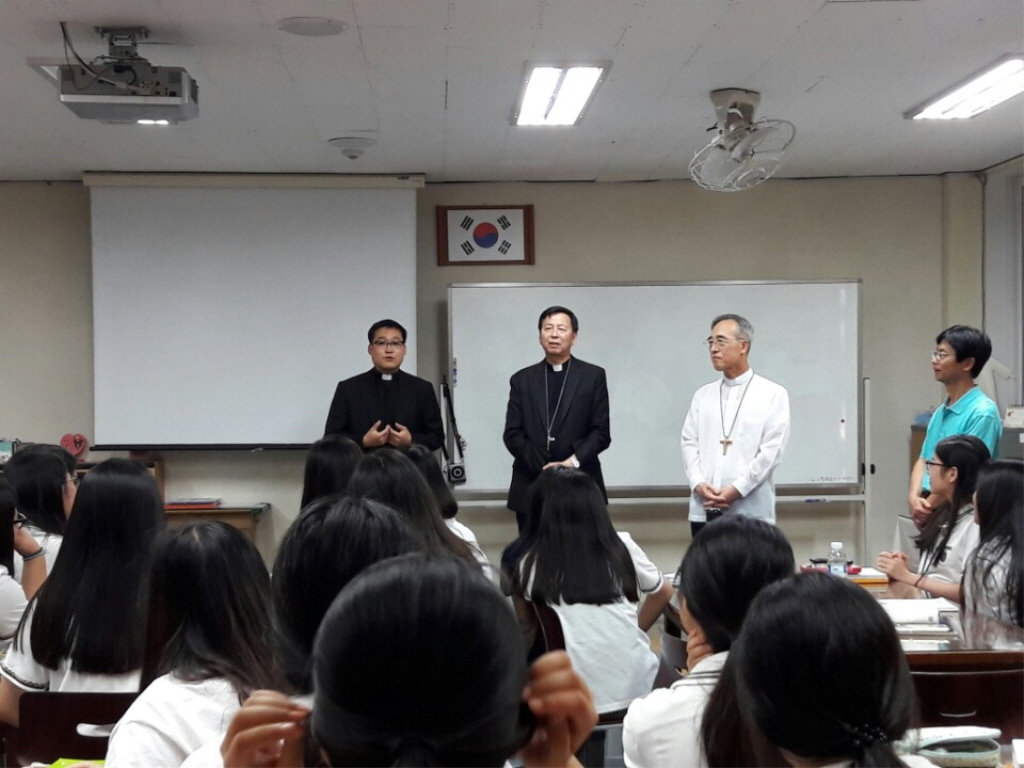 왼쪽부터 한현택신부, 혼대주교,강우일주교,신고교사.jpg